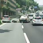 【バイク事故】よそ見運転で路駐車両に衝突後、後ろのタクシーが・・・